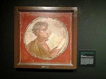 Busto de joven leyendo un papiro